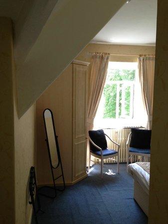 Waterhead Hotel: Entering the room