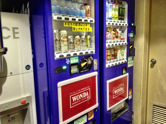 Hotel Sunroute Kyoto: Vending Machines with ice machine too!