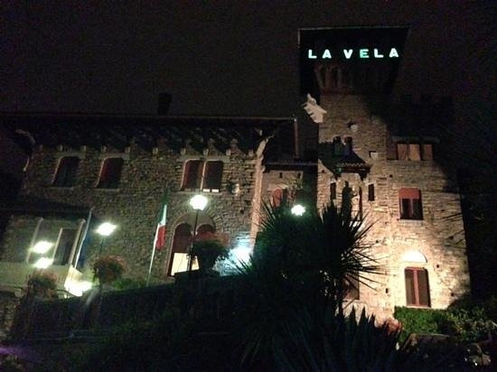 La Vela Hotel : hotel vela at night from the driveway