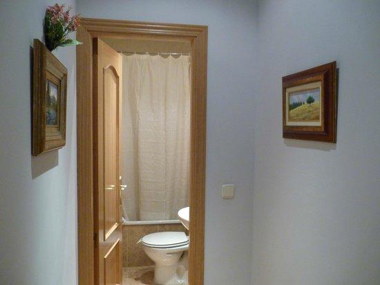 Hostal Oriente: Коридор и ванная