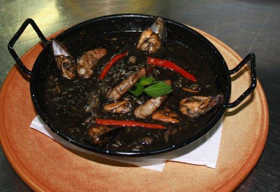 El Meson de Diego: Arroz negro con marisco y pescado de roca
