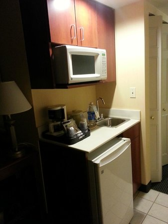 Holiday Inn Express Buffalo Airport: kitchenette