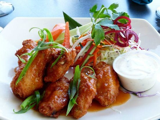 Seascape Ma'alaea Restaurant: Hot and spicy chicken wings.