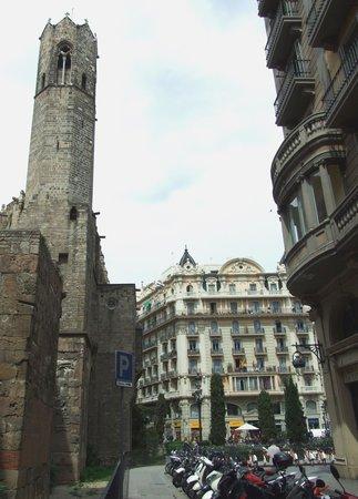 Restaurante El Reloj: Вид на ресторан сквозь укрепления Palau Reial Mayor