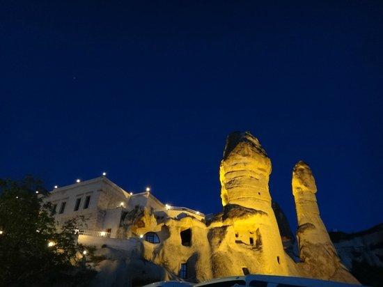 Goreme Kaya Hotel: 夜、駐車場から