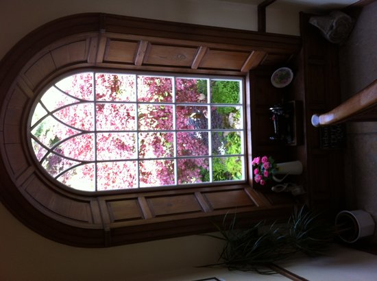 Dufton House Bed & Breakfast: Arched window on stone stairway