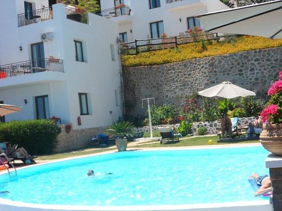 Creta Blue Suites : Espace Piscine