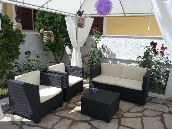 V.A Boutique Apartments and Suites: Sitzplatz im Garten