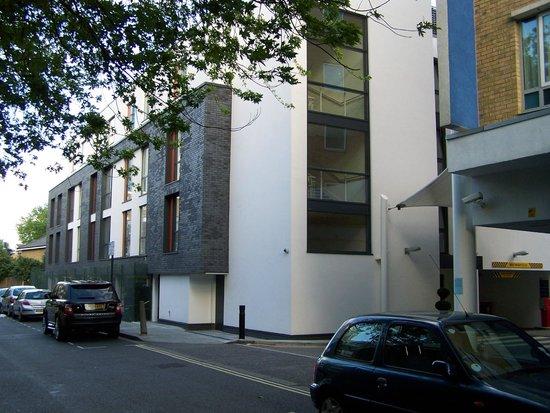 Holiday Inn Express Earls Court: der Neubau hinterm Haus