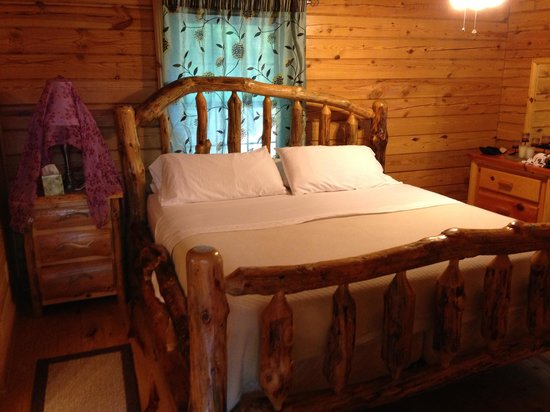 Valley View Cabins: Love this bed