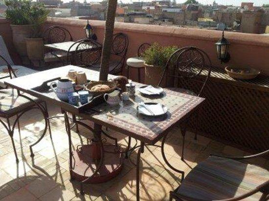 Riad Souad: Un petit déjeuner servi sur la terrasse