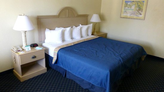 Days Inn Cocoa Beach Port Canaveral: bequemes Bett mit vielen Kissen