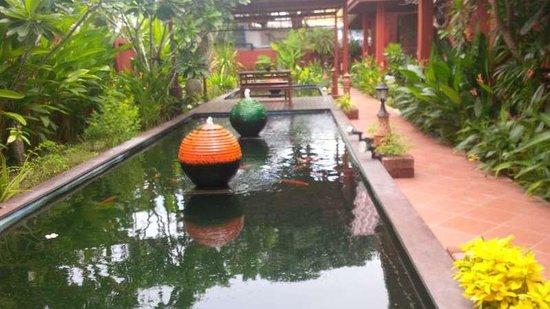 Ruenkanok Thai House: Beautiful pond