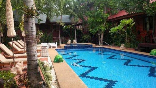 Ruenkanok Thai House: Pool view