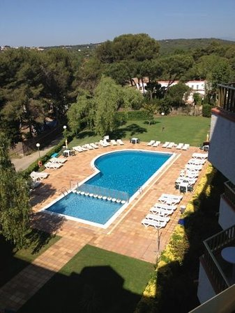 Aparthotel Las Mariposas: enclosed pool with lots of entertainment facilities (air hockey,pool,ping pong etc....) open 8-9