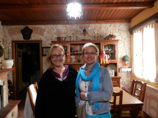 B&B I Gerani Rossi: Дебора (слева) - хозяйка отеля
