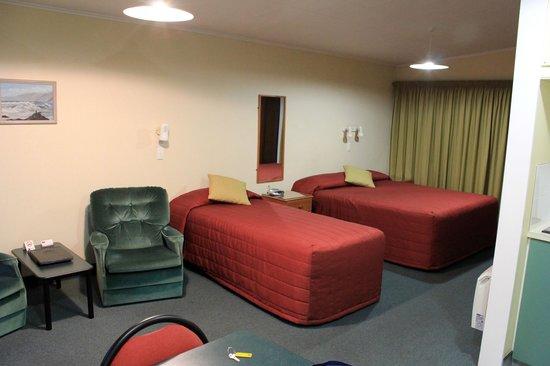 ASURE Sundowner Motel: Beds in apartment 10