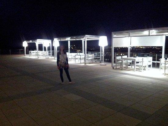 AC Hotel Palau de Bellavista: Terrazza esterna con vista su Girona