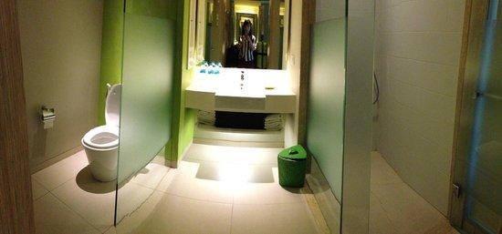 Bintang Kuta Hotel: Separate bath and toilet areas