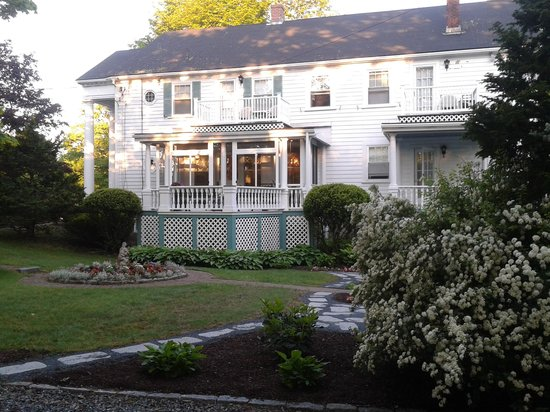 Anne's White Columns Inn: Lovely gardens and resting spots