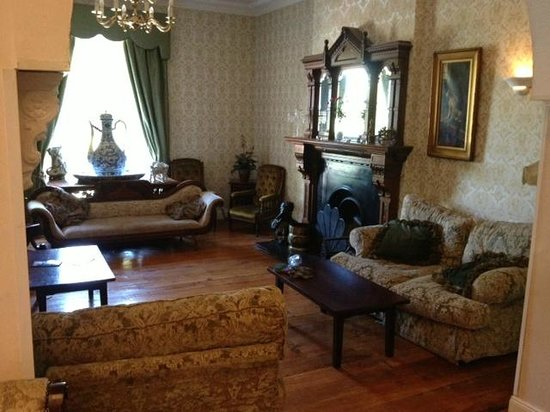 Drummond Hotel: Main Reception areas extend into other rooms