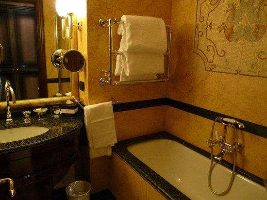 River Chateau Hotel: pompös wirkendes kleines Bad