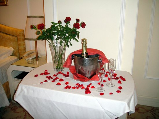 Grande Albergo delle Rose : Honeymoon champagne and roses