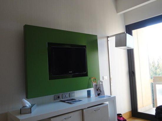 NH Roma Midas: TV with stoold underneath