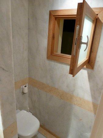 Kanapitsa Mare Hotel & Spa: небольшое окно в ванной комнате