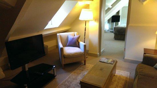 Methuen Arms Hotel: Living Room looking towards Bedroom