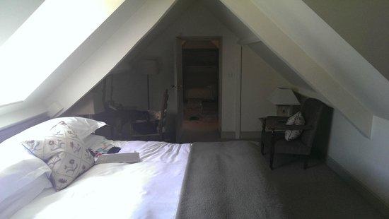 Methuen Arms Hotel: Bedroom looking towards Living Room