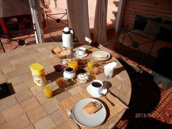 Dar Zelda: le petit déjeuner servi sur la terrasse