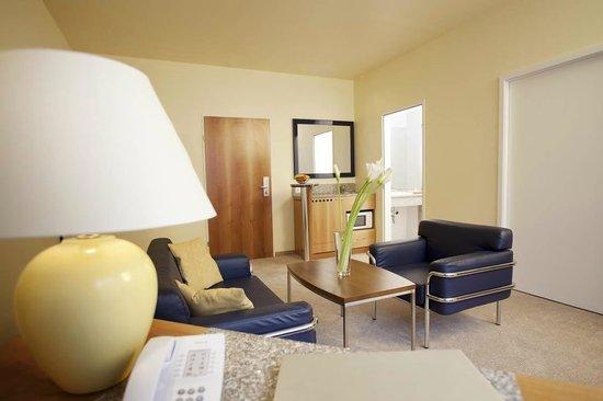 bar wohnzimmer wien:Wohnzimmer mit Blick auf die Bar – Picture of Starlight Suiten III