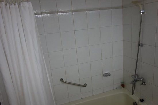 Hotel Riviera Haeundae: Big bathtub with a movable shower head