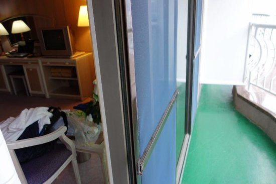 Hotel Riviera Haeundae: Access to the balcony through a sliding door in the room - a rarity in this day & age
