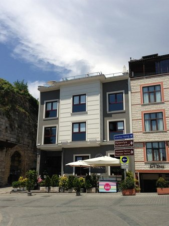 Eternity Boutique Hotel : Hotel from across the street