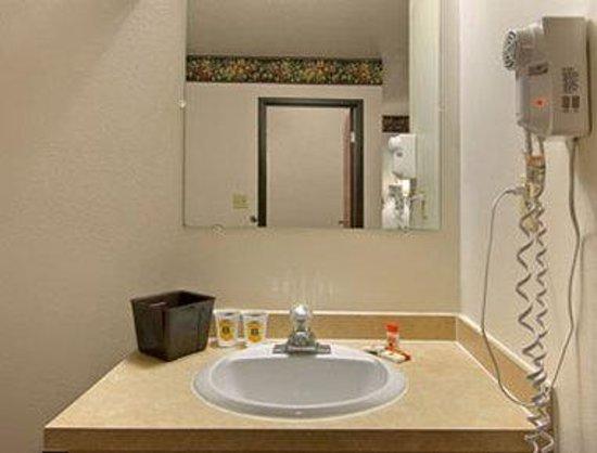 Super 8 Hudson : Bathroom