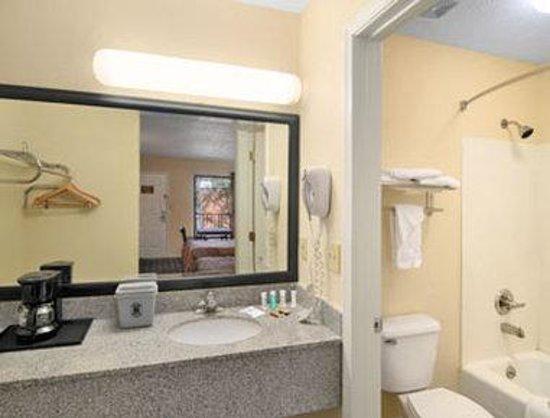 Super 8 Decatur/Lithonia/Atl Area : Bathroom