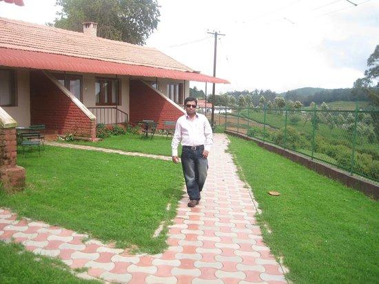 Hotel Lakeview: Me walking around my Villa