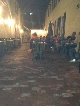 Cafe La Ruche: Outside Patio