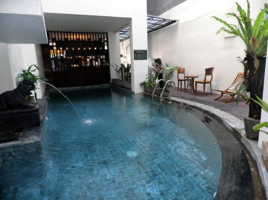 Jocs Boutique Hotel & Spa: indoor pool under the staircase behind dining area