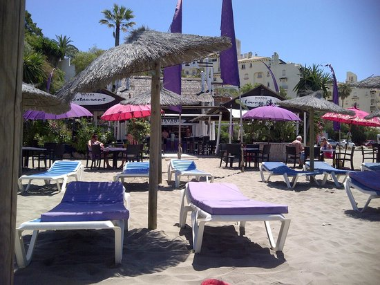Estepona, Espanha: Sun beds at Havana Chiringuito on Cristo beach