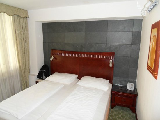 Attache Hotel Pension: double bed