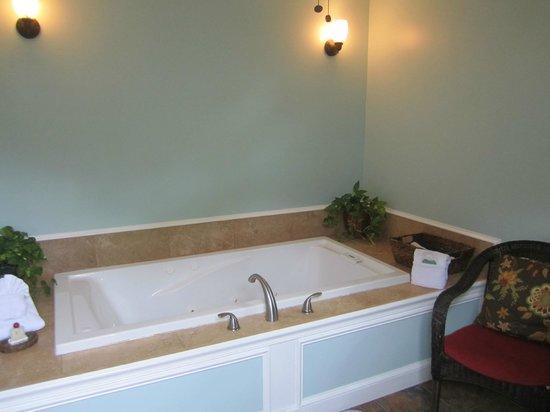 St. Francis Inn Bed and Breakfast: Garden Hideaway tub
