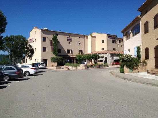 Auberge des Salles : L'hôtel vu depuis le parking