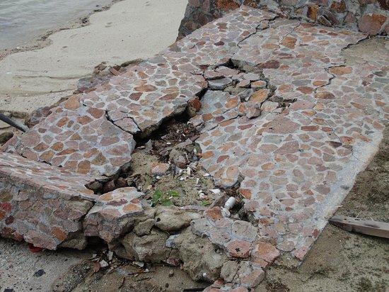 Batam View Beach Resort: Walkway need some repairs