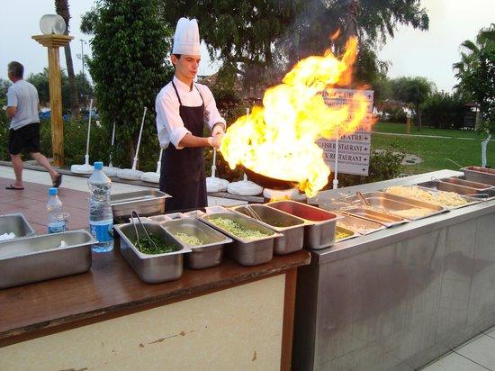 Justiniano Club Alanya: повар готовит ужин