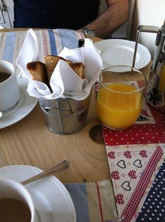 Sleeperzzz Guest House: breakfast