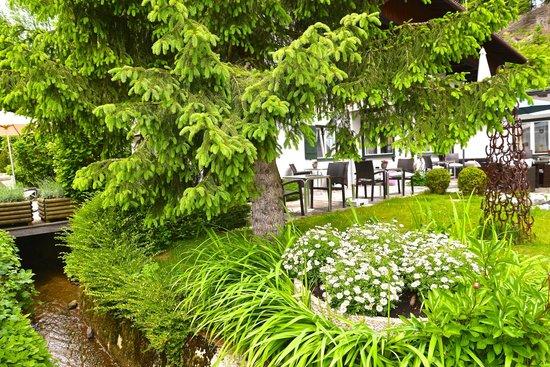 Landhaus St. Georg: Terrasse mit Garten, Bach und Teich