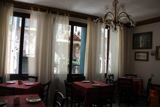 Locanda ai Bareteri: The breakfast room was lovely bright and airy.